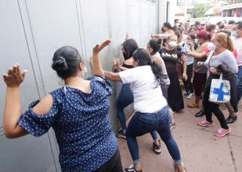 Decenas de parientes de reclusos al no saber nada de sus seres queridos quisieron romper los portones del Hospital Escuela Universitario (HEU).
