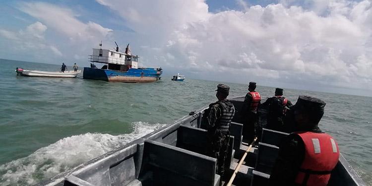 Las Fuerza Naval realizó los rescates de los seis tripulantes tras el llamado de alerta.
