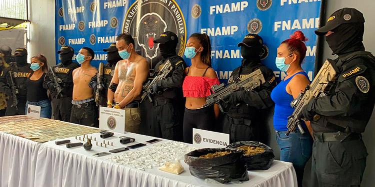 Los detenidos son acusados de asociación para delinquir, tráfico de drogas, portación ilegal de armas de uso permitido, atentado a la autoridad y tenencia ilegal de artefactos explosivos.
