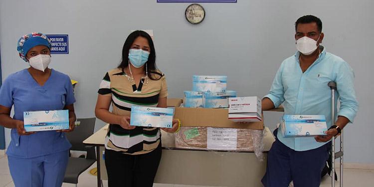 El alcalde de Siguatepeque (Comayagua), Juan Carlos Morales Pacheco, entregó el donativo al centro de triaje que funciona en el policlínico.