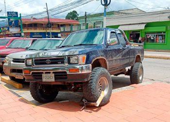 """Los motoristas estacionan carros sobre la acera de la Plaza Cívica """"La Amistad-San Pablo""""."""