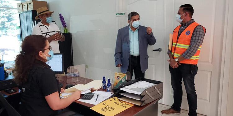 El rector de la Unacifor, Emilio Esbeih; el subcomisionado regional de Sinager de Comayagua, Mauricio Cabezas, dialogan sobre el protocolo de bioseguridad.
