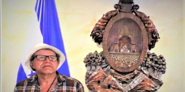"El artista, Abner Gutiérrez, se encargó de tallar en 1986 el Escudo Nacional. ""Doña Carmen Alicia Fúnez me recomendó"", agradeció."