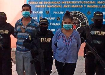 Autoridades les decomisaron a los dos detenidos dinero en efectivo producto de la extorsión.
