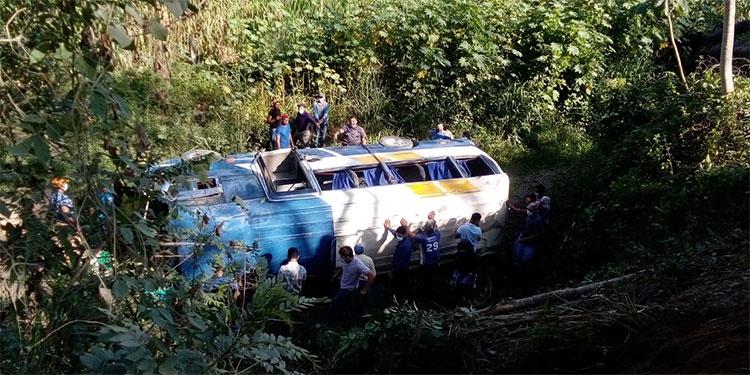 El autobús de pasajeros se precipitó a una hondonada y dio varias vueltas en la ladera hasta quedar de lado.