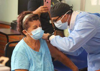 A partir de hoy, los adultos mayores de 70 a 74 años serán vacunados contra el COVID-19 en San Pedro Sula.