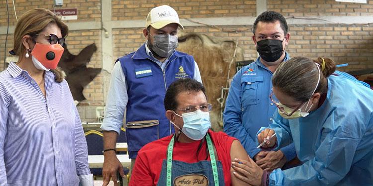 """Uno de los que recibió la primera dosis anticovid fue Rubén González, propietario de la tienda """"Arte y Piel"""", en Valle de Ángeles."""