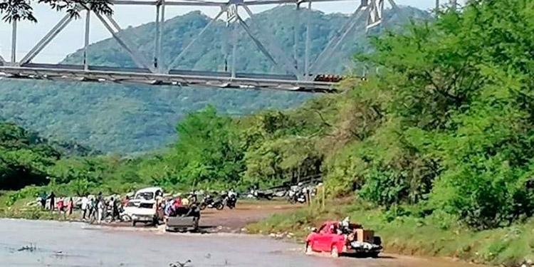 Con las lluvias de los últimos días, el nivel del agua aumenta e imposibilita el tránsito de vehículos, especialmente pequeños.