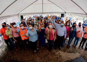 La Primera Dama, Ana García de Hernández, entregó la valiosa ayuda junto al alcalde de Catacamas, Lincoln Figueroa, entre otros.