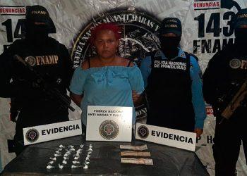"""Autoridades indicaron que """"La Yoli"""", se dedicaba a la venta de drogas, cobrar extorsión y coordinar alojamiento a cómplices."""