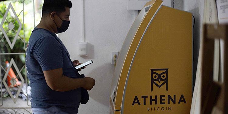 Turistas utilizan un cajero bitcoin en la playa El Zonte, el 10 de junio en Chiltiupan (El Salvador). EFE
