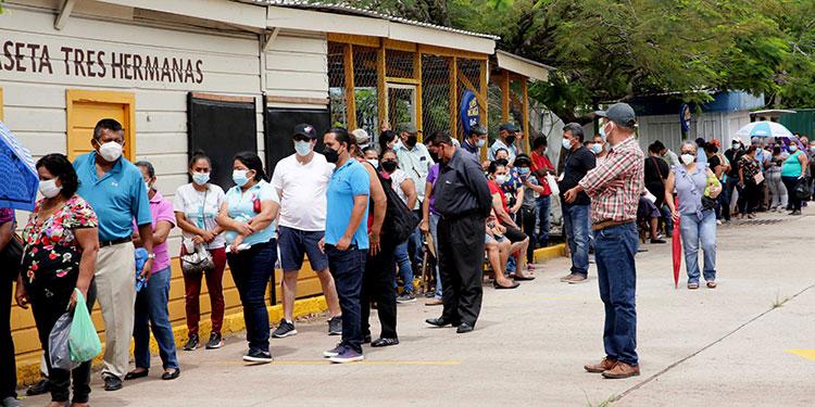 La población elegible a la primera dosis se volcó al centro de vacunación en la Villa Olímpica.