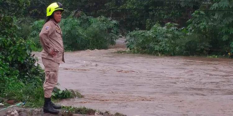 El cauce del río Chamelecón está azolvado por el semiento o deforestación de la cuenca o recarga hídrica en occidente.