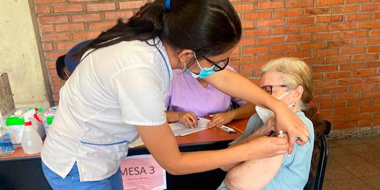 Al menos, 183 adultos mayores recibieron la primera dosis de la vacuna anticovid.