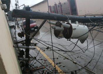 Como torres de papel cayeron los postes del tendido de la energía eléctrica en El Paraíso.