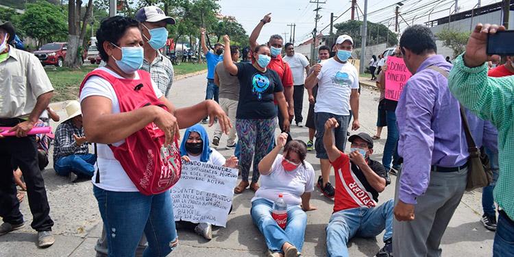 Las fuerzas de seguridad atacaron brutalmente a los manifestantes con golpes y gas lacrimógeno.