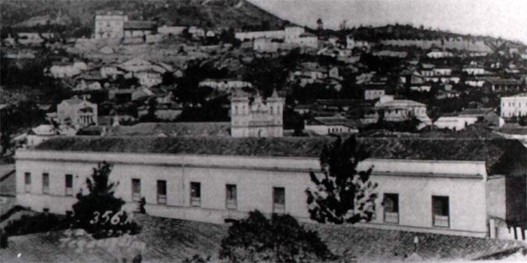 1 El antiguo edificio de la Policía en el Barrio Abajo, al fondo las torres campanarios de Los Dolores