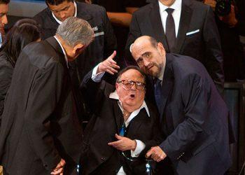 Fotografía de archivo fechada el 28 de febrero de 2012 donde se observa al comediante Roberto Gómez Bolaños (c), acompañado de los actores Ruben Aguirre (i), y Edgar Vivar (d), durante un homenaje en la Ciudad de México (México). EFE