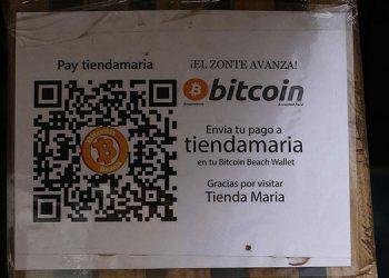 Fotografía de un cartel para pago en bitcoin en una tienda de la playa El Zonte, el 10 de junio de 2021, en Chiltiupan (El Salvador). EFE