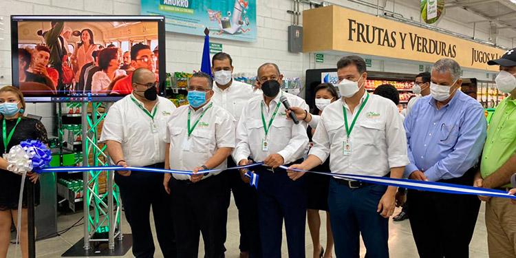 Leonel Giannini K., presidente ejecutivo de Supermercados La Colonia, corta la cinta dando por inaugurada la tienda número 3 de La Colonia en El Progreso.