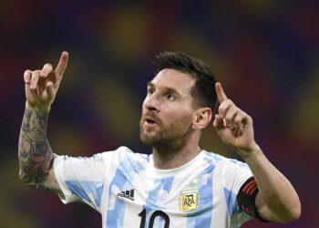 Lionel Messi celebra tras anotar el primer gol de Argentina en el empate 1-1 contra Chile por las eliminatorias del Mundial, el jueves 3 de junio de 2021, en Santiago del Estero, Argentina. (Juan Mabromata, Pool vía AP)
