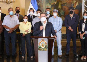 La dirigencia obrera, los empresarios, funcionarios y el Presidente Juan Hernández, anunciando anoche el nuevo salario mínimo.