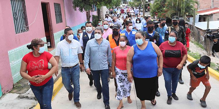 Inauguran calle en la colonia Santa Eduviges, pobladores reciben ecofogones, sistemas de riego, refrigeradoras, estufas, molinos y máquinas de coser, entre otros beneficios.