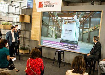 Varios visitantes asisten a la presentación de un robot que desinfecta grandes superficies con tecnología láser.