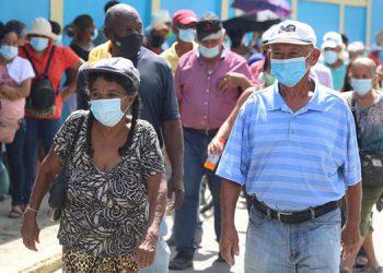 Miles de sampedranos y del departamento de Cortés, acudieron ayer a inmunizarse con la primera dosis anticovid.