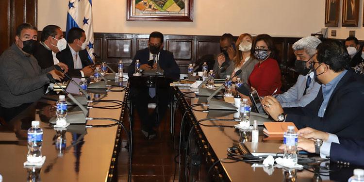 Autoridades del Congreso Nacional recibieron a los consejeros y equipo técnico del CNE. Hoy habrá otra reunión.