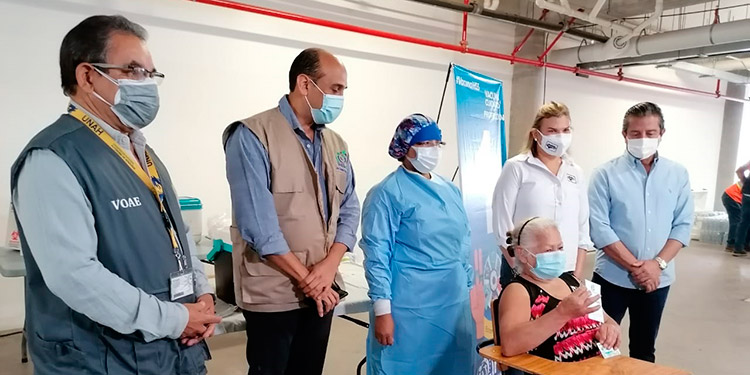 El rector de la UNAH, Francisco Herrera Alvarado, anunció que continuarán con la vacunación de empleados y alumnos del área de la salud.