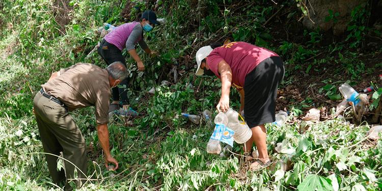 En Casas Viejas, Juticalpa, ya no permitirán que les lancen basura a orillas de la carretera.