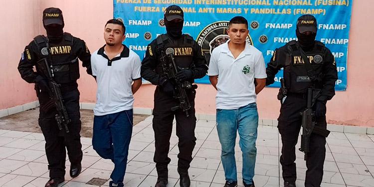 Investigadores decomisaron dinero y cuatro teléfonos celulares a los detenidos y uno de ellos quebró un móvil que contendría información sobre sus actividades criminales.