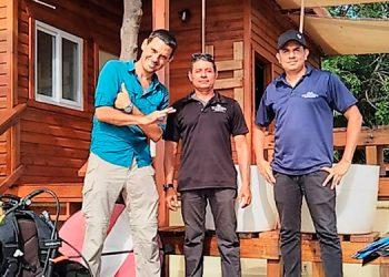Antal Borcsoc director de Tela Marine de camisa azul y dos integrantes de su equipo de trabajo.