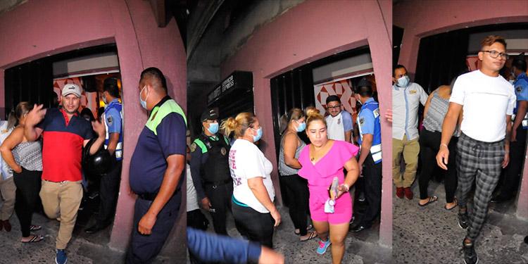 De un solo bar sacaron a más de 100 personas, en su mayoría sin mascarilla, cuando abandonaban el establecimiento.