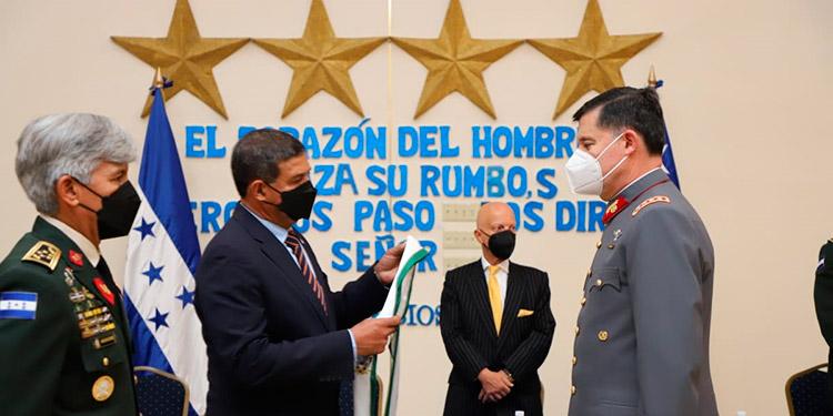 El comandante del Ejército chileno, general Ricardo Martínez Menanteau, fue condecorado por autoridades de Defensa y las Fuerzas Armadas.