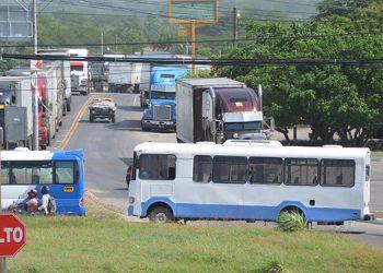 Las entradas y salidas de la ciudad de Choluteca estaban obstaculizadas por unidades de transporte de pasajeros y carga.