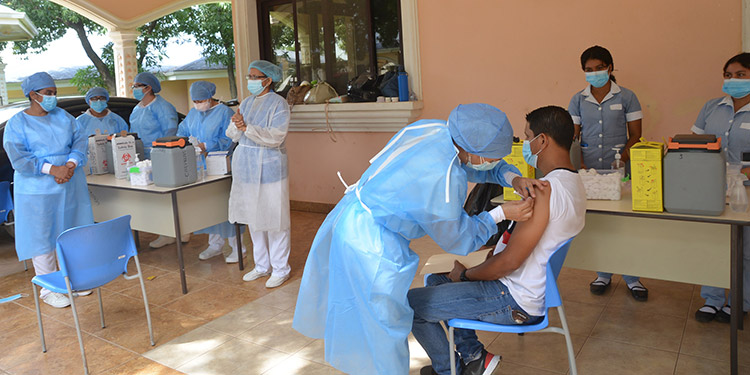 Motoristas de taxis, buses urbanos e interurbanos fueron vacunados contra el COVID-19.
