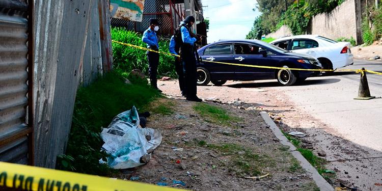 Se informó que el hombre ultimado tenía amarrada las manos con cintas plásticas.