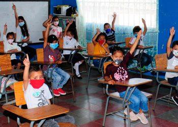 Para el retorno a clases semipresenciales, los alumnos y los docentes deberán estar vacunados con sus dos dosis anticovid.