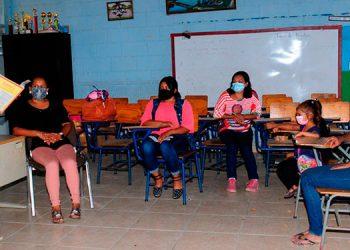 Las autoridades de la Secretaría de Educación trabajan junto al seguro para vacunar a la mayor parte de los maestros previo a un retorno a clases.