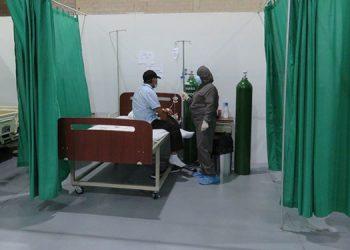 Numerosas personas asisten al centro de triaje en búsqueda de atención médica.