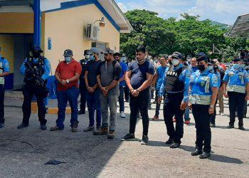 Los hondureños y nicaragüenses fueron detenidos a la altura de San Lorenzo, Valle, por agentes de la Unidad Transnacional de Investigación Criminal (UTIC), cuando se conducían en una caravana de 32 vehículos turismo.
