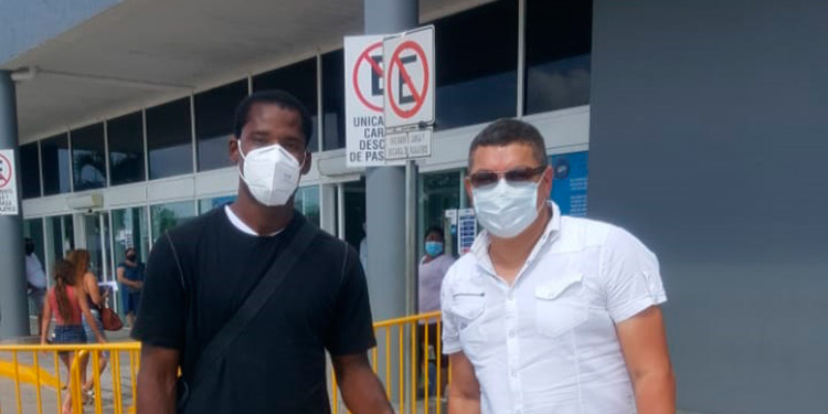 Dabirson Castillo y su representante Guillermo Acosta, antes de viajar a Colombia.