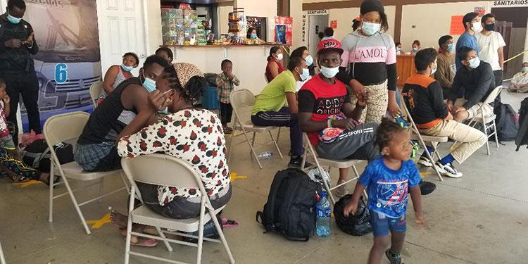 Decenas de migrantes haitianos se agolpan en la terminal de autobuses de Danlí, en busca de un cupo hacia Tegucigalpa.