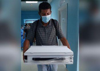 El señor Osman Godoy, con dolor profundo, retiró el cuerpecito de su nieto muerto del hospital danlidense.