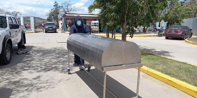 """La mañana de ayer martes murieron tres personas por COVID-19, en el Hospital """"Gabriela Alvarado"""", de Danlí, entre ellas una mujer de 30 años."""