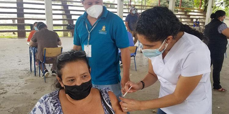 """Los puestos autorizados para vacunación, en Danlí, son el Instituto Departamental de Oriente, la Universidad Católica y el centro básico """"Francisco Morazán"""", de la colonia Nueva Esperanza."""