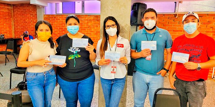 Periodistas de distintos medios de comunicación recibieron ayer su segunda dosis de AstraZeneca.