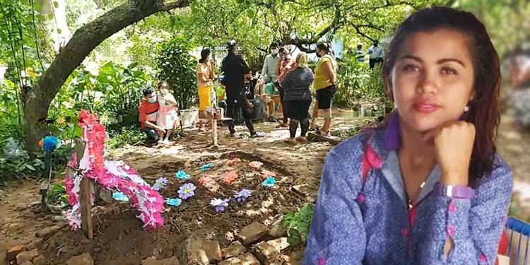 Sumamente consternados, los parientes sepultaron ayer en un cementerio de Choluteca, el cuerpo de la joven Cora Marleny Carrasco (foto inserta), quien falleció trágicamente el lunes pasado.